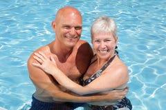 Couples heureux détendant par le regroupement Photos stock