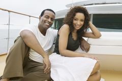 Couples heureux détendant sur le yacht Photo libre de droits