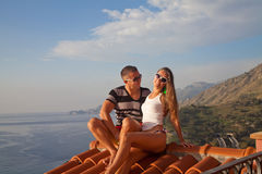 Couples heureux détendant sur un toit d'hôtel Images libres de droits