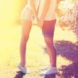 Couples heureux d'été jeunes dans l'amour embrassant dehors Photo stock