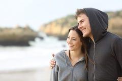 Couples heureux d'étreindre d'ados Images libres de droits