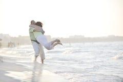Couples heureux d'aînés sur la plage Image libre de droits