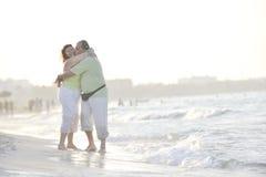 Couples heureux d'aînés sur la plage Photo libre de droits