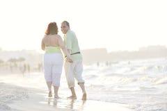Couples heureux d'aînés sur la plage Images libres de droits