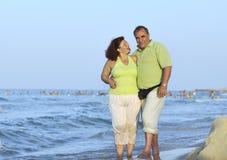 Couples heureux d'aînés sur la plage Photos libres de droits