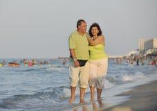 Couples heureux d'aînés sur la plage Image stock