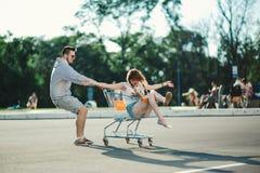 Couples heureux d'amour ayant l'amusement Image stock