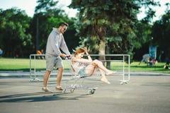 Couples heureux d'amour ayant l'amusement Photo libre de droits