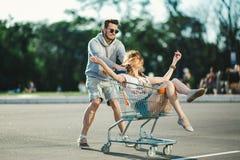 Couples heureux d'amour ayant l'amusement Photos stock