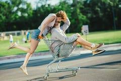 Couples heureux d'amour ayant l'amusement Photographie stock libre de droits