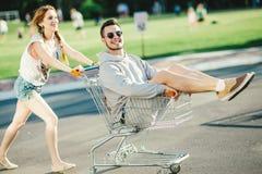 Couples heureux d'amour ayant l'amusement Photographie stock