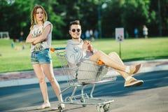 Couples heureux d'amour ayant l'amusement Photos libres de droits