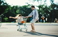 Couples heureux d'amour ayant l'amusement Images stock