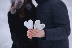 Couples heureux d'amour dans la forêt au coeur de papier d'hiver, de promenade, de baiser, d'étreinte et de prise en parc - jour  Photographie stock libre de droits