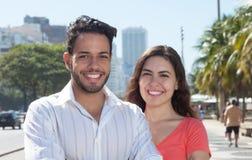 Couples heureux d'amour dans la ville Photos stock