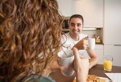 Couples heureux d'amour parlant à la maison de petit déjeuner Photos stock
