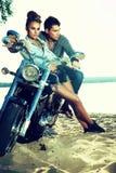 Couples heureux d'amour sur apprécier de scooter - course Photographie stock