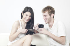 Couples heureux d'années de l'adolescence riant avec joie Images stock