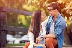 Couples heureux d'automne extérieurs image stock
