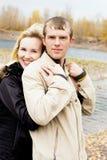 Couples heureux d'embrassement extérieurs Image stock
