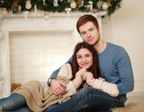 Couples heureux d'hiver dans l'amour à la maison Images libres de droits