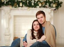 Couples heureux d'hiver dans l'amour à la maison Photos stock