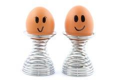 Couples heureux d'oeufs dans des coquetiers image stock