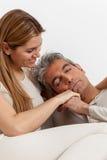 Couples heureux dans étreindre de lit Photographie stock