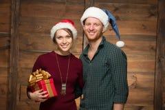 Couples heureux dans des chapeaux de Santa Photo libre de droits