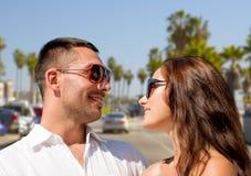 Couples heureux dans des lunettes de soleil au-dessus de plage de Venise Images stock