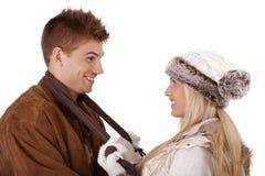 Couples heureux dans des vêtements de l'hiver Photos libres de droits