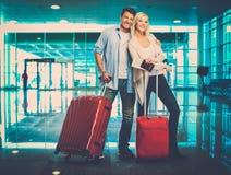 Couples heureux dans l'aéroport Images libres de droits