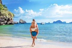 Couples heureux dans l'ami d'amour effectuant son amie en mer Images libres de droits