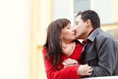 Couples heureux dans l'amour à l'extérieur Images stock