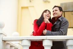 Couples heureux dans l'amour à l'extérieur Photographie stock libre de droits