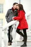 Couples heureux dans l'amour à l'extérieur Photos libres de droits