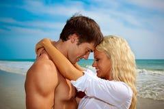 Couples heureux dans l'amour à la plage. Photographie stock