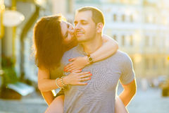 Couples heureux dans l'amour étreignant à la ville Photos stock