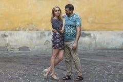 Couples heureux dans l'amour étreignant contre le mur de la vieille maison Photos libres de droits