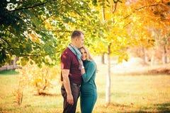 Couples heureux dans l'amour étreignant un parc Photo stock