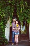 Couples heureux dans l'amour amie tenant le tournesol Photos libres de droits