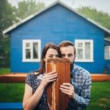 Couples heureux dans l'amour appréciant près de la maison Image stock