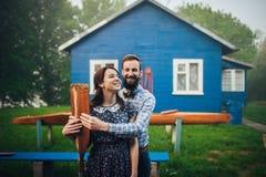 Couples heureux dans l'amour appréciant près de la maison Photo stock