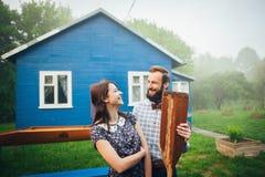 Couples heureux dans l'amour appréciant près de la maison photos stock