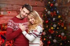 Couples heureux dans l'amour au-dessus de l'arbre de Noël Photo stock