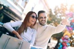 Couples heureux dans l'amour ayant l'amusement dehors Photo libre de droits