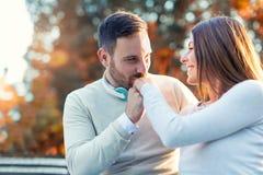 Couples heureux dans l'amour ayant l'amusement dehors Photos stock