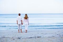 Couples heureux dans l'amour ayant l'amusement sur la plage Image stock