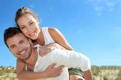 Couples heureux dans l'amour ayant l'amusement sur la plage Photographie stock