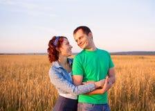 Couples heureux dans l'amour dans le domaine Image stock